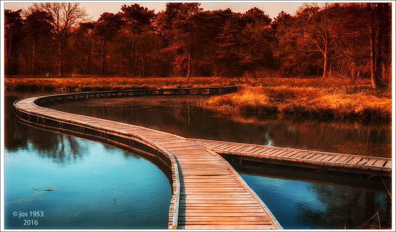 """loopplanken - """"Loopplanken"""" over het water, de zon gaat onder deze foto is gemaakt in Domein Kelchterhoef in Houthalen Helchteren."""