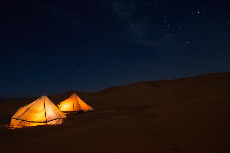 Starcamp 2 - Twee verlichte tenten onder de sterrenhemel van de Sahara in Marokko. Hier ben ik er achter gekomen dat ISO6400 toch net een stapje te ve
