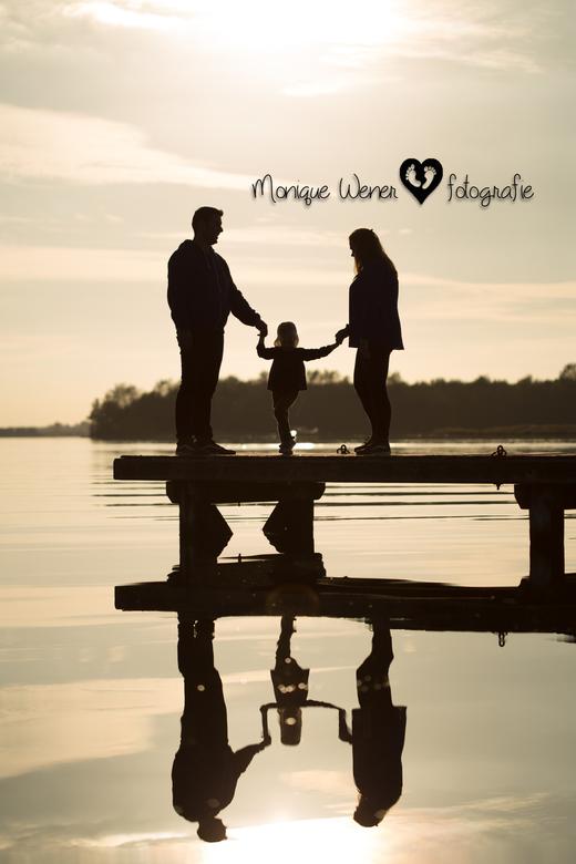 Reflectie - Soms heb je geluk. Een lief gezinnetje, windstil en een mooi ondergaand zonnetje.