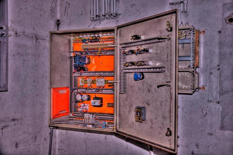 Power Management - Foto van een schakelkast in de voormalige Kruidfabriek van Kollum. Een prachtig stuk terrein van bijna 80 hectare groot. Overal kle