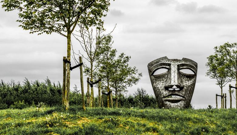 Masker bij Houten - De leegte erachter is bijna tastbaar