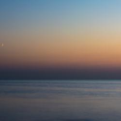 Maan bij zonsondergang