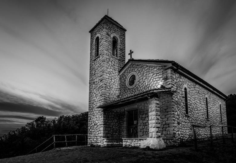 Kerk Massa - Massa in Italie, is een plaats wat omringt is door bergen.<br /> In de bergen wordt tot op de dag van vandaag marmer gewonnen.<br /> <b