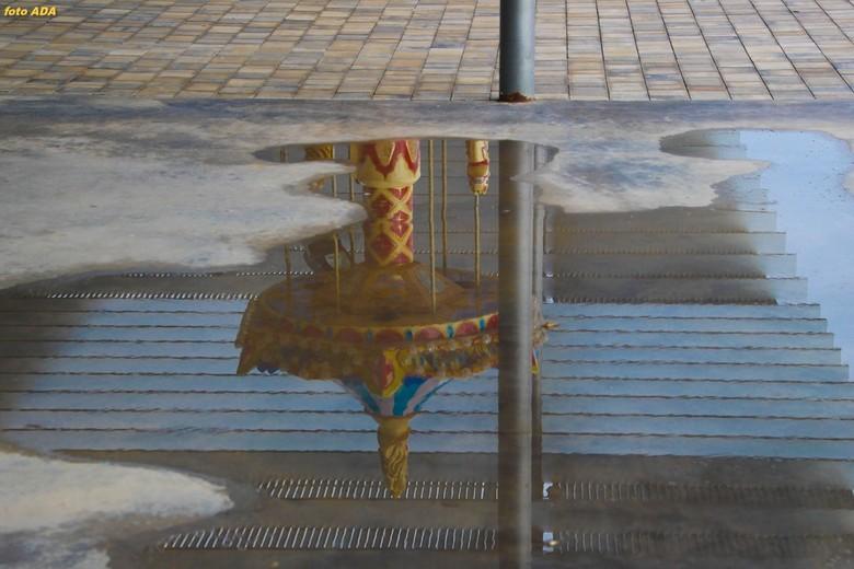 kermis in een plas :-) - weerspiegeling van een draaimolen in een plas