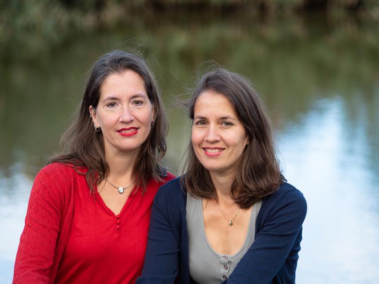 Eeneiige tweeling Monique en Eveline 1 - Monique (links) is de oudste en dat speelt een rol, al schelen ze maar 5 minuten. Ze was als kind de bazigste