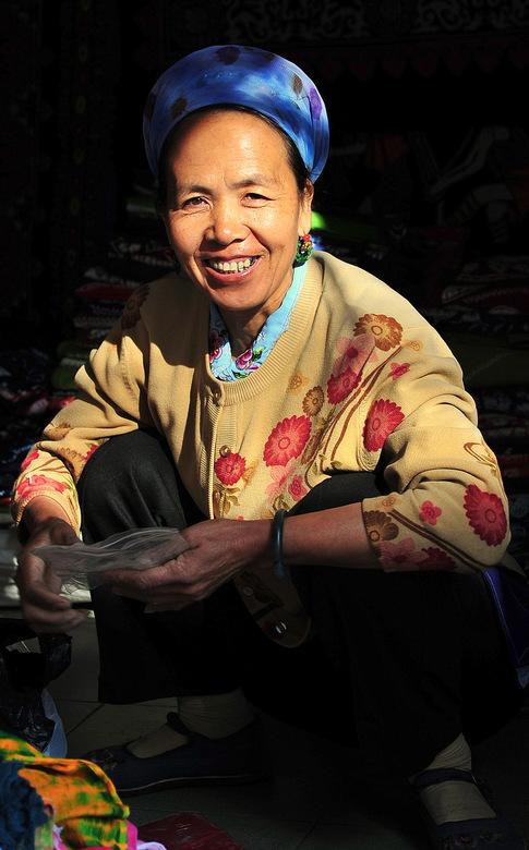 Dali by night - In de Chinese provincie Yunnan leven veel minderheden die alle herkenbaar zijn aan hun eigen typische kleding of hoofdbedekking. <br /