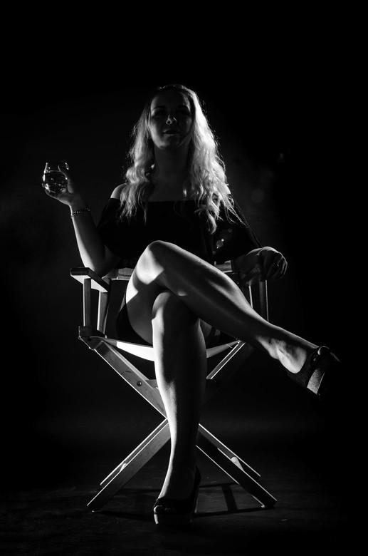 Let's have a drink - Deze week weer een shoot met Leonieke gedaan.We zijn met name bezig geweest met een beetje Film noir stijl toe te passen. Wat moo