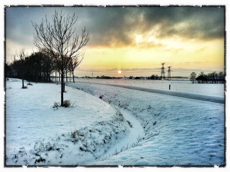 Zon boven de sneeuw - Langs de snelweg gestopt en met mijn iPhone deze foto genomen. <br /> Geeft maar weer aan dat de beste camera die je hebt is de