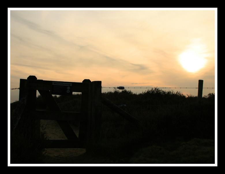 Avondschemering bij Posbank - Deze foto gemaakt vanaf de Posbank met een mooi hek van natuurmonumenten. Had de witbalans op bewolkt gezet.