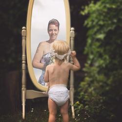 Dochter ziet moeder in spiegelbeeld