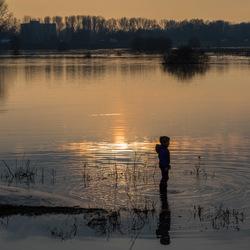 Hoog water bij zonsondergang