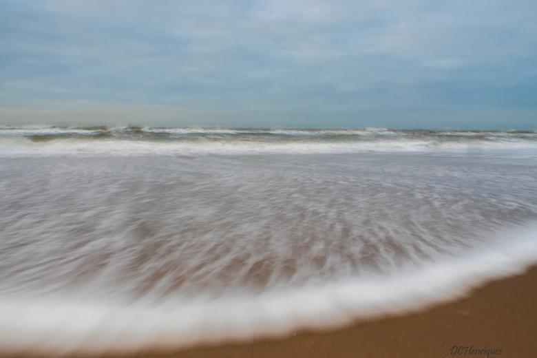 Zeeschuim - Vanmiddag aan de weer met lange sluitertijden en filters. Er kwam wat schuim mee met de golven wat vóór grillige vormen zorgde. <br /> <b
