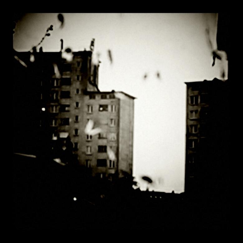 vervallen stad - zwervend door de oude flat wijken van Brussel  in Belgie waar de regen het verval een handje helpt.