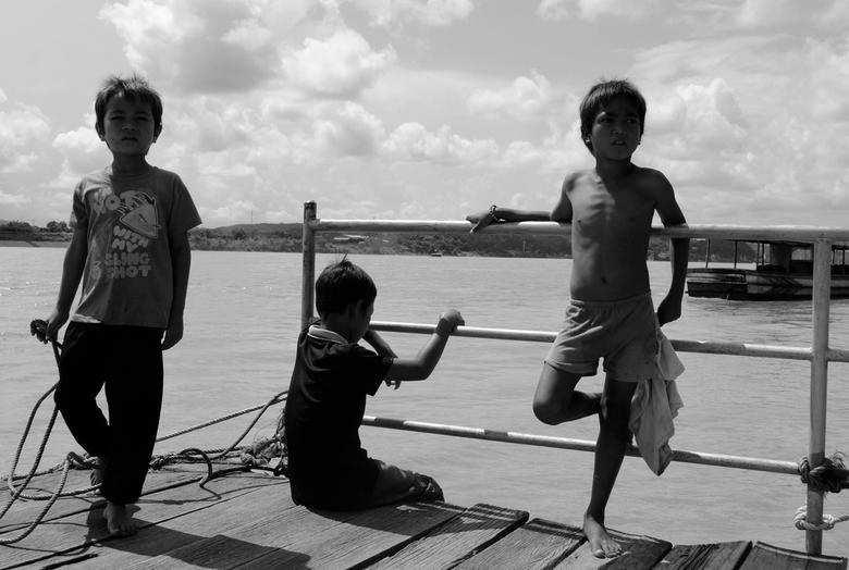 Starende Kinders - Lao kinderen aan de oever van de Mekong River