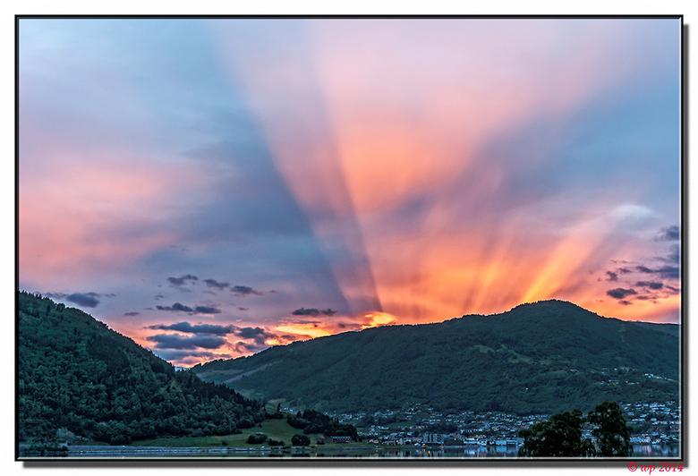 Als in Noorwegen de zon ondergaat... - ...en achter de bergen verdwijnt, dan dalen de hemelladders niet af, maar stijgen ze op. Zo lijkt het wel in ie