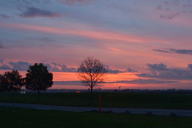 Zonsondergang A29 - Zonsondergang A29<br /> Om ongeveer 16:45 uur reed ik van de Noordzeekust naar huis daar het zich helemaal niet liet aanzien, dat