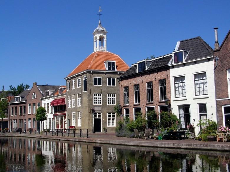 ZAKKENDRAGERSHUISJE AAN DE SCHIE - Het pand met de rode daken is het bekendste zakkendragershuis(je) van Schiedam.