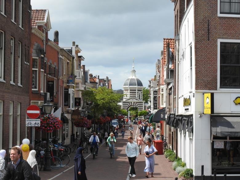 Leiden in beeld - Een mooie straat in leiden met mensen die hier en daar lopen.