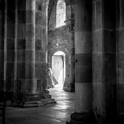 Nonnetje haast zich de kerk in