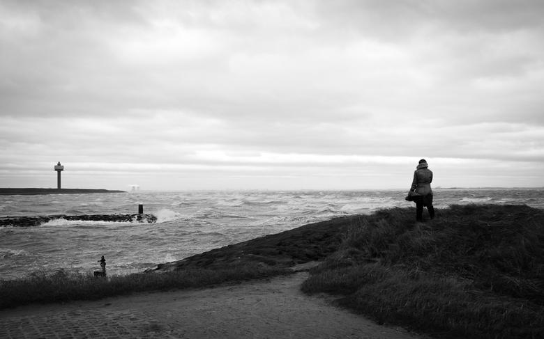 """Zeeland - Ciara - Mijn moeder slaat de storm """"Ciara"""" gade. Genomen in het haventje van """"Waarde"""", Zeeland."""