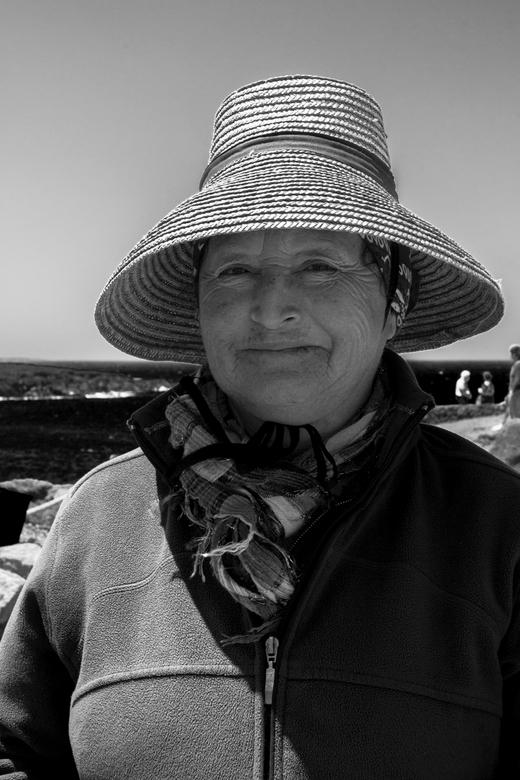 Lanzarote 82 - Verkoopster van brokjes lavasteen.