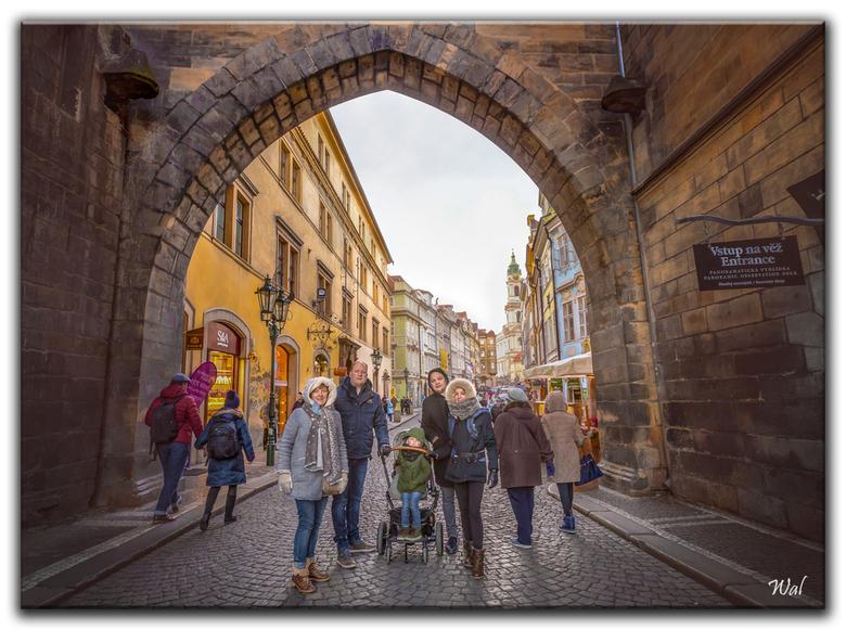 The Old Town Of Praag - Een foto van m&#039;n gezin. Ook even op de plaat gezet, bij de voetgangersingangspoort van de &quot;oude stad&quot;.<br /> <