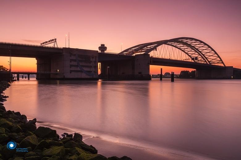 Brienenoord on fire - De Brienenoord brug vanochtend bij zonsopkomst.<br />