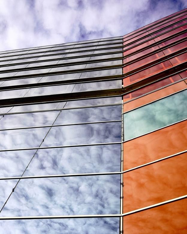 Almere-stad-architectuur  - Ik wist niets van dit bouwwerk, alleen dat het opviel toen ik er langs liep. Na wat rondlopen ging ik recht tegen het gebo