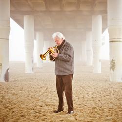 Trompettist Ack van Rooyen onder de pier