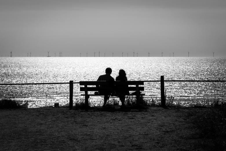 Windmolens kijken aan zee.... -