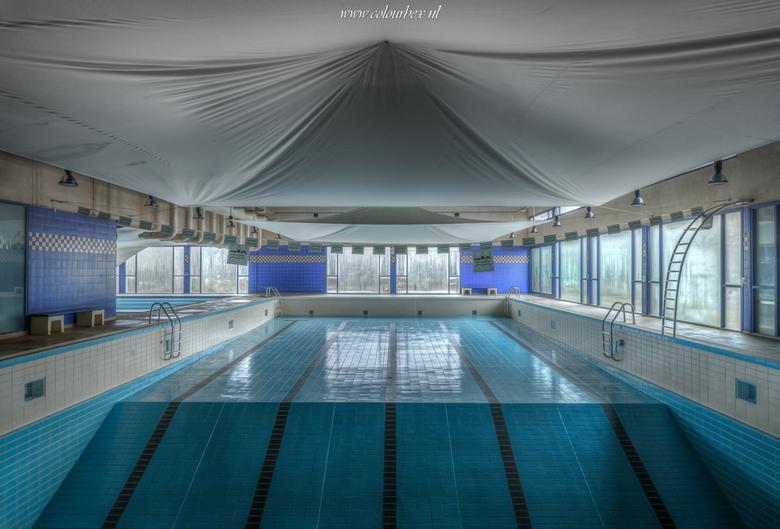 Verlaten zwembad - verlaten zwembadje ergens in urbex land..