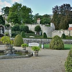 Een oude vesting muur door de baroktuin.