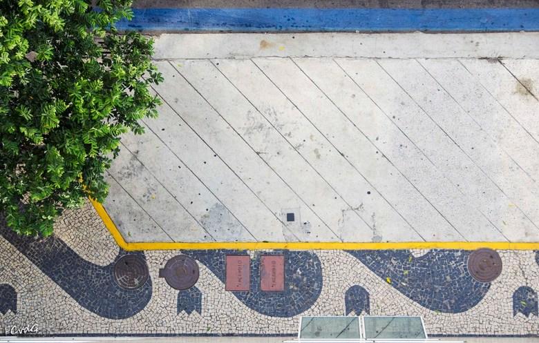 Trottoir abstract - Foto uit het hotelraam van een vakantieadres. De 2D compositie en het lijnenspel maken van het trottoir een abstract plaatje.