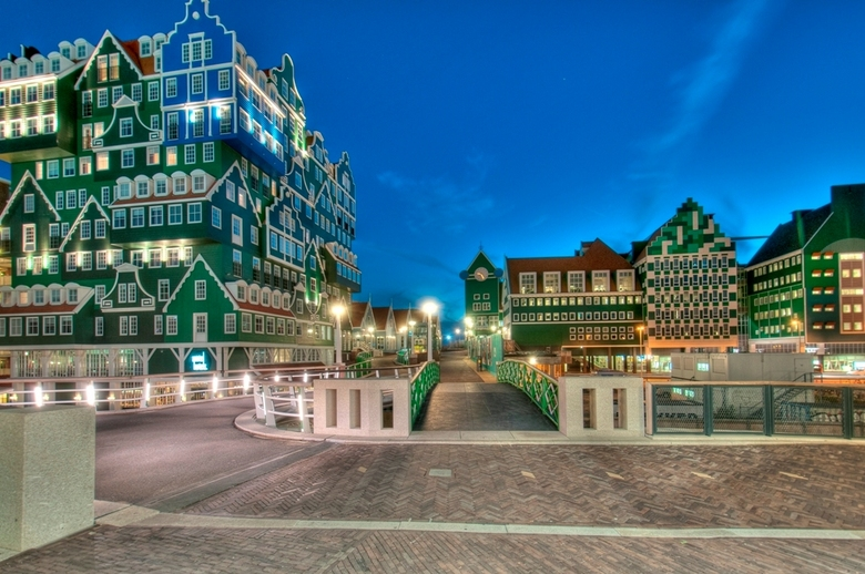Zaandam City - Nieuwe centrum van Zaandam, met Intell hotel, nieuwe stadhuis en toegang tot station.