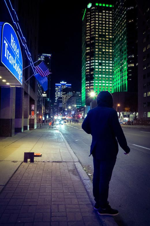 Man wacht op taxi - Een rokende man die wacht tot er een taxi voorbij komt.