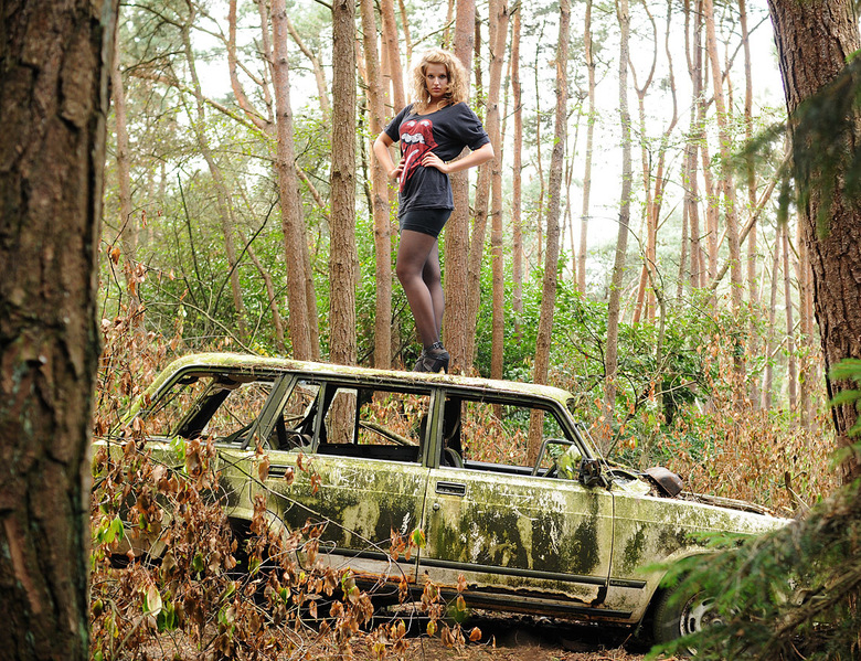Anne-Claire op een autowrak