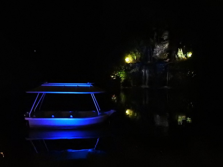 Nachtopname in de Efteling van een bootje - Mooie opname kunnen maken door de verschillende gekleurde lampen.