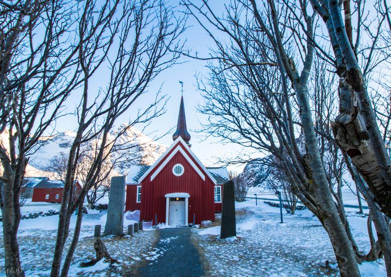 Flakstad Kirke - Tijdens deze heilige dagen een fraai kerkje. Flakstad Kirke, gelegen op de Lofoten, is een houten kerkje gebouwd in 1780 en bied plaa