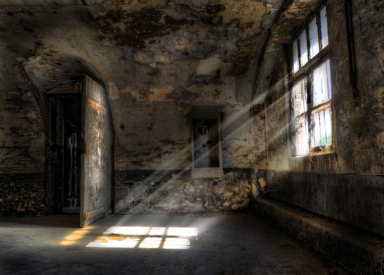 Tuchthuis - Een voormalig tuchthuis in belgie, voorheen ooit een militaire gevangenis. Bijzonde kleine cellen met weinig licht. Het voelt middeleeuws