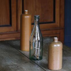 fles en kruiken op een rij