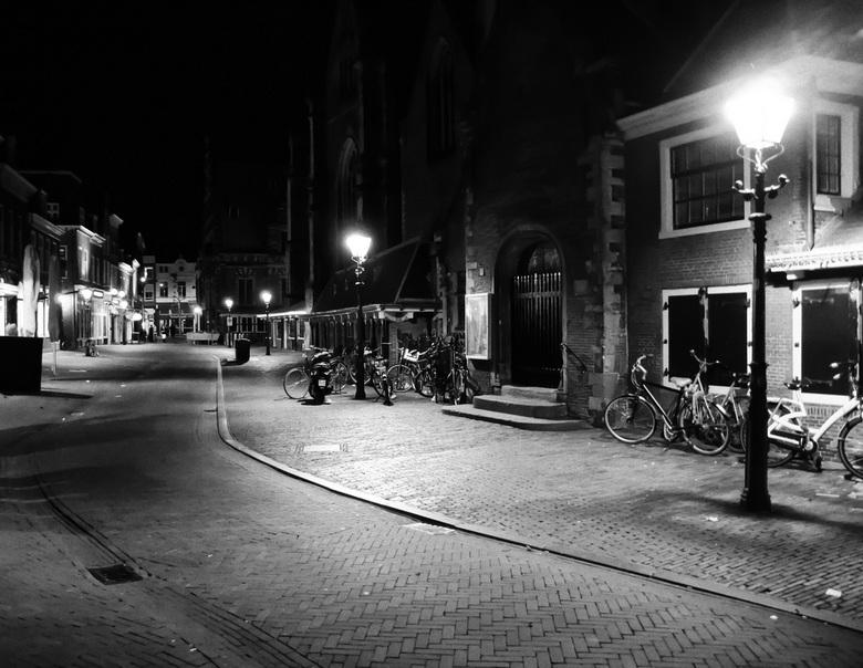 Haarlem bij nacht. - Het centrum van Haarlem rond een uur of 12 in de avond. Het zwart wit er aan toevoegen vond ik wel passen bij de foto.