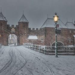 Koppelpoort Amersfoort in winterjas...