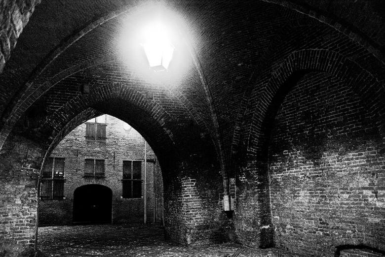 Drogenapstoren Zutphen - Nacht foto van de drogenapsteeg onder de drogenapstoren door.