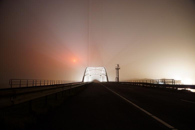 Brug in de mist - Deze brug ligt over het schelde-rijnkanaal en verbindt zeeland met brabant. Over de brug loopt de bathseweg.