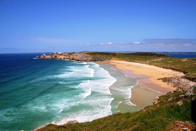 blauwe kust - zomaar een van de kusten van bretagne. Het licht in Bretagne is bijzonder en geeft het water kleuren die we in Nederland niet kennen.