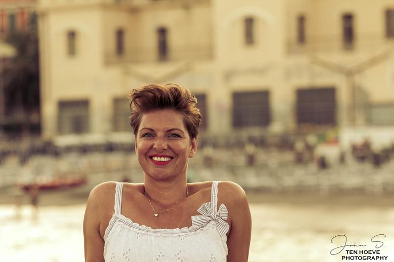Klassieke Schoonheid - Deze klassieke schoonheid ( mijn eigen vrouw)  in Italië op de  foto gezet....