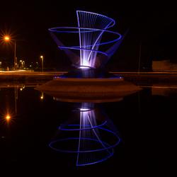 Verlichte fontein op rotonde in Veendam