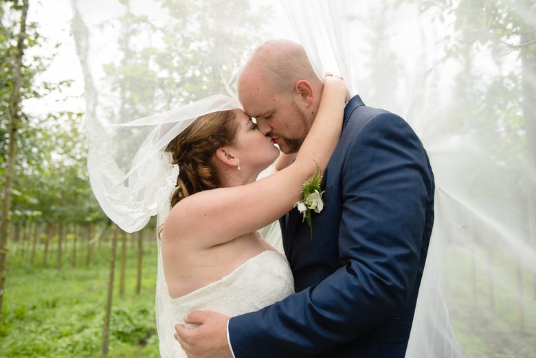 intiem moment - Zo veel liefde tijdens de dag van dit bruidspaar!