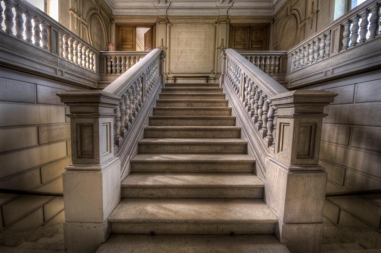 Trap der Trappen - De fantastische trap van Chateau H. Een verlaten kasteel in belgie, marmeren vloeren, geweldige kamers en aristocratische plafonds