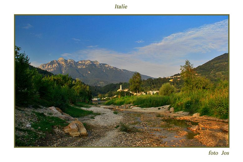 Italie 2 - 'n waterloopje vanuit de bergen die het meer van Caldenazzo inloopt. Op de achtergrond het kerkje van het dorp Calcenarica. Ieder beda